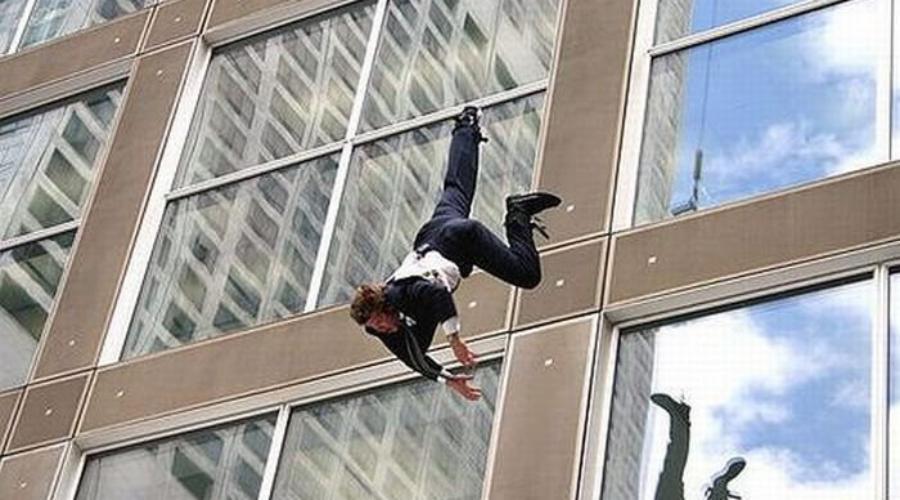 В гае с балкона пятого этажа выпал мужчина, лента новостей.